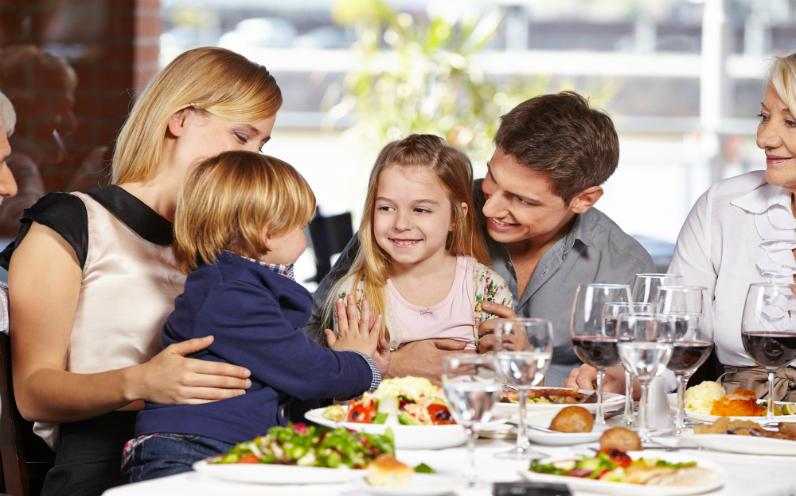 με τα παιδιά στο εστιατόριο