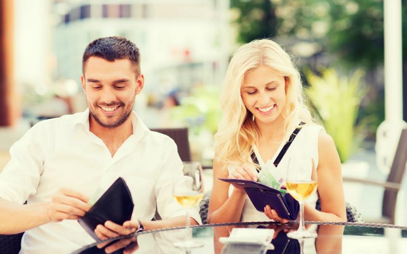 εξοικονόμηση χρημάτων σε μία έξοδο σε εστιατόριο